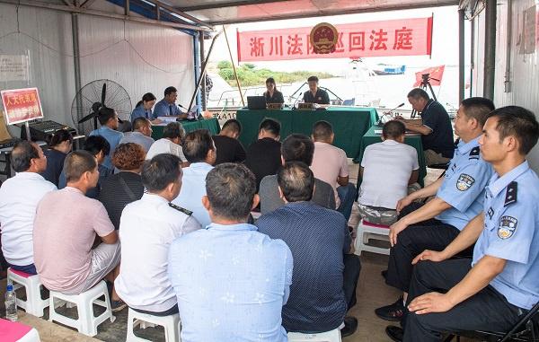 普法释理阳光办案 4案7人非法捕捞水产品在码头举办公开庭审图片