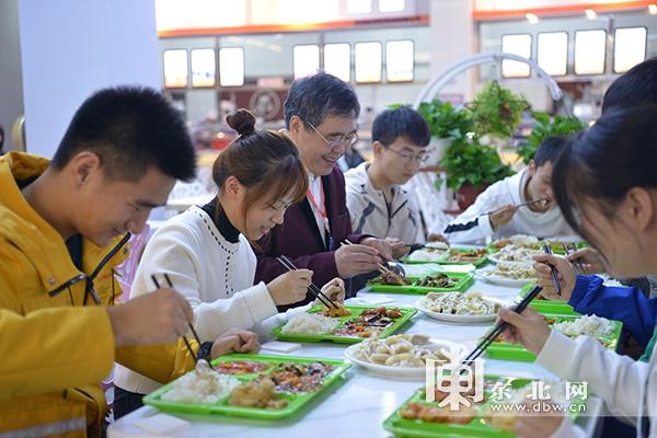 """吃饺子、唱生日歌……我省高校迎新生""""见面礼""""情意满满"""