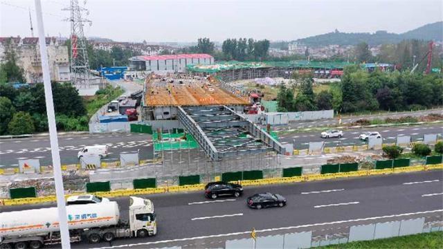 沪蓉高速汤山互通改扩建工程钢箱梁顶推施工顺利推进