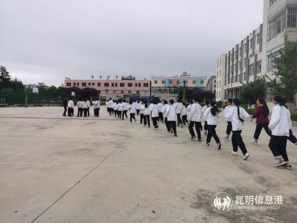 关上街道小街社区居委会联合双凤派出所开展爱国主义教育防空演习活动