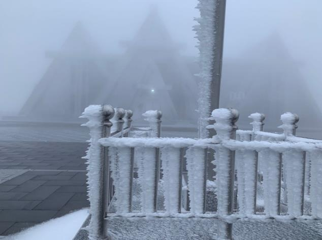 长白山天池主峰第一场积雪形成
