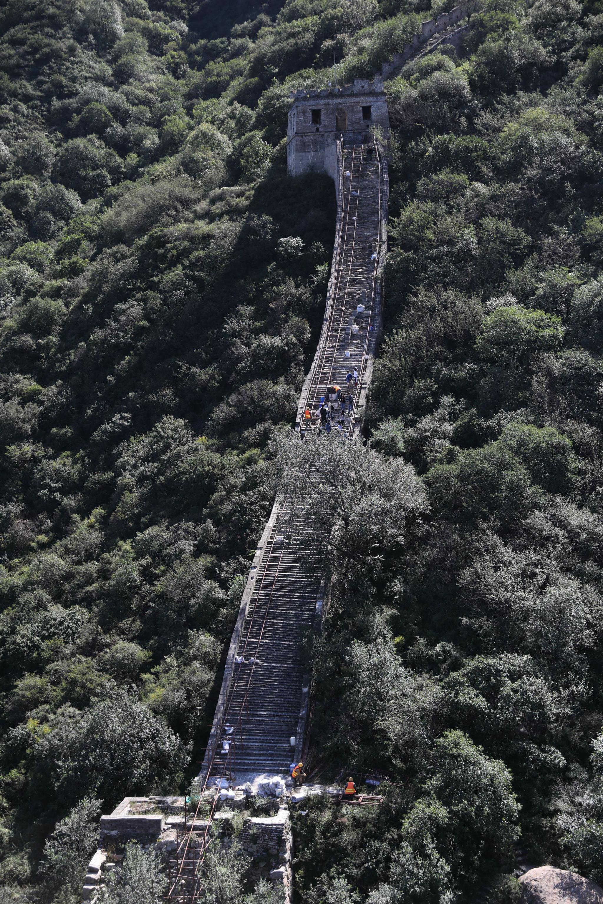 """他们在古长城""""修墙"""":背驮60斤砖块,走""""之""""形路线上敌楼图片"""