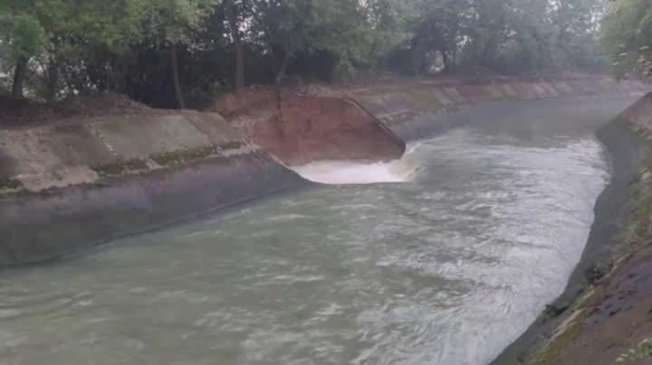 桂林青狮潭西干渠堤坝崩塌,下游一村庄被淹,百余名被困人员紧急转移
