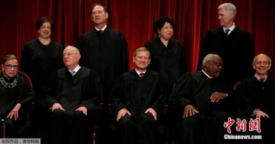 资料图:美国最高法院法官合影,大法官鲁斯·巴德·金斯伯格位于前排左一。