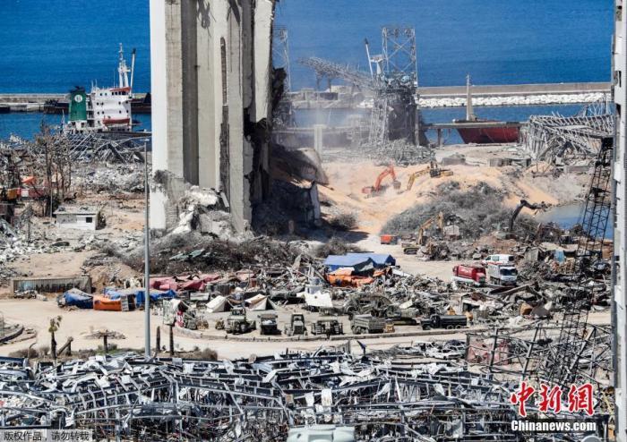当地时间2020年8月16日,黎巴嫩首都贝鲁特,挖掘机在贝鲁特港口的爆炸现场进行拆除工作。