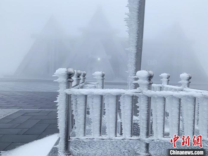 长白山天池主峰今年入秋以来首次形成积雪