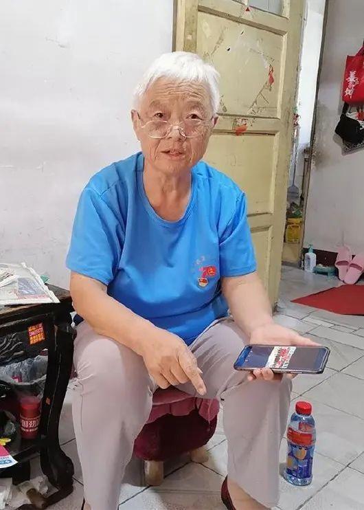 枣庄薛城街头 一群穿着红色背心的老人 有一个匹