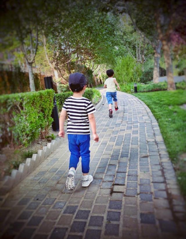 靳东晒照为小儿子庆生,兄弟俩的长腿瞩目,夫妻俩的祝词太有爱