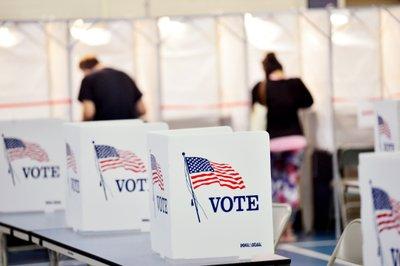 美国大选提前投票在四个州启动 有投票站排队数小时