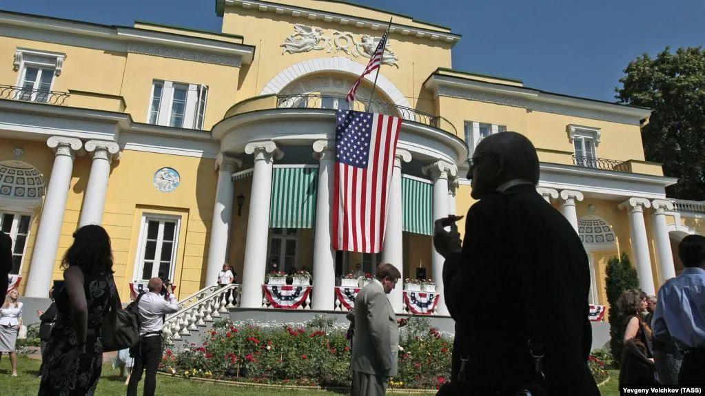 美国驻俄大使官邸遭不明人员驾车闯入图片