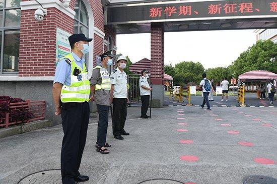2020年9月1日,上海财大附中门口,杨浦公安分局大桥派出所民警胡文明开展护校工作。
