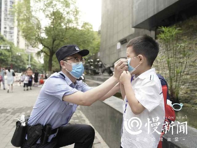 秋季开学第一天 渝中区警方护送师生安全