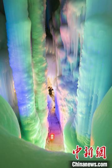冰洞形成于新生代第四冰川期,距今已有300万年的历史。 曹建国 摄