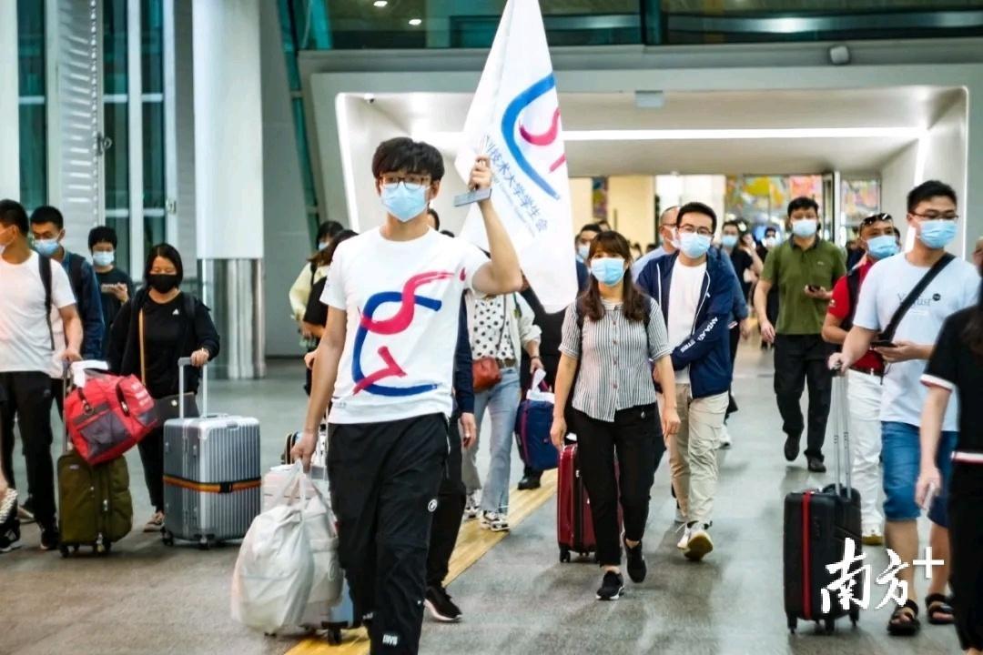 刷脸报到、学院大礼包……深圳技术大学迎来1700多名新生