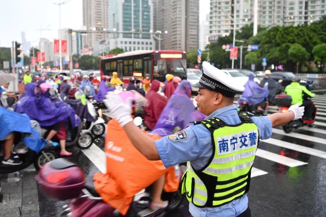 周末南宁交警大整治 多人骑乘电动车没戴头盔被罚