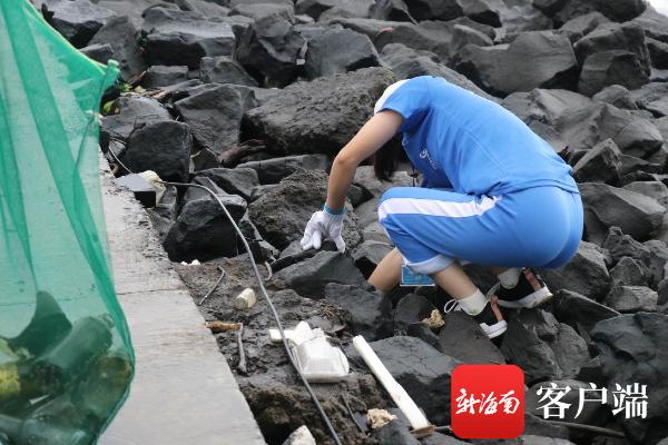 """全国净滩公益活动走进海南 百余名志愿者为海洋""""弯腰""""清理1001公斤垃圾"""