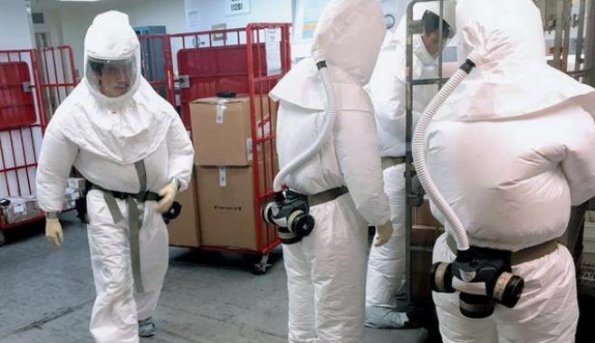 ↑美国工作人员穿防护服,检查寄给五角大楼的邮件。图据法新社