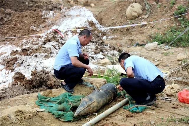 云南蒙自工地挖出1.25米长日军航空炸弹 已引爆销毁图片