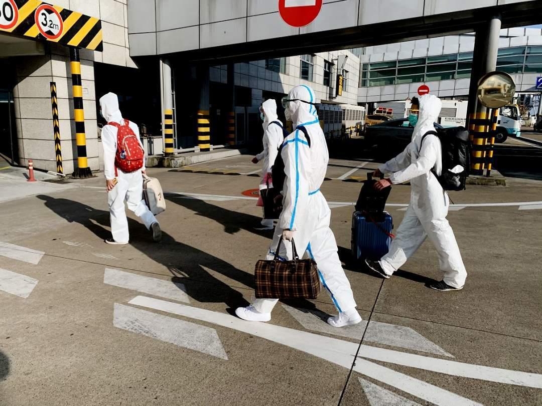 3亿元造假大案主嫌出逃 上海警方着防护服押解归案