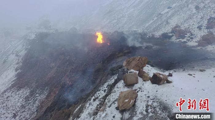 图为当地摄影师在冬季拍摄的千年地火。 曹建国 摄