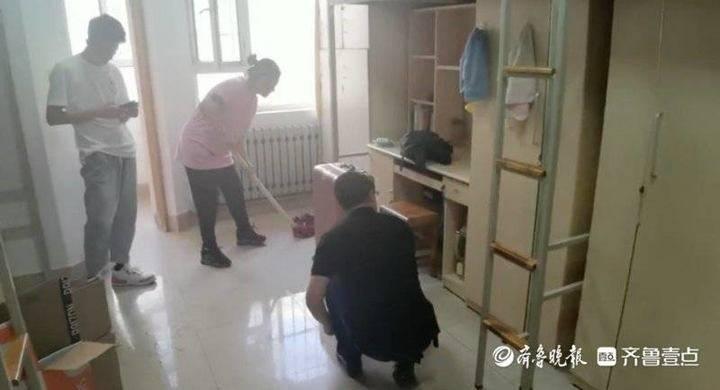 新生家长正在宿舍帮着打扫。学生供图