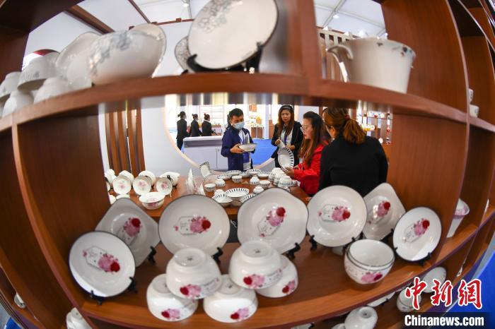 本次交易会有67家陶瓷企业参展,展出高端日用瓷、建筑瓷、卫浴瓷、艺术瓷等10余个品类、100余个系列、2000余个品种陶瓷产品。 武俊杰 摄