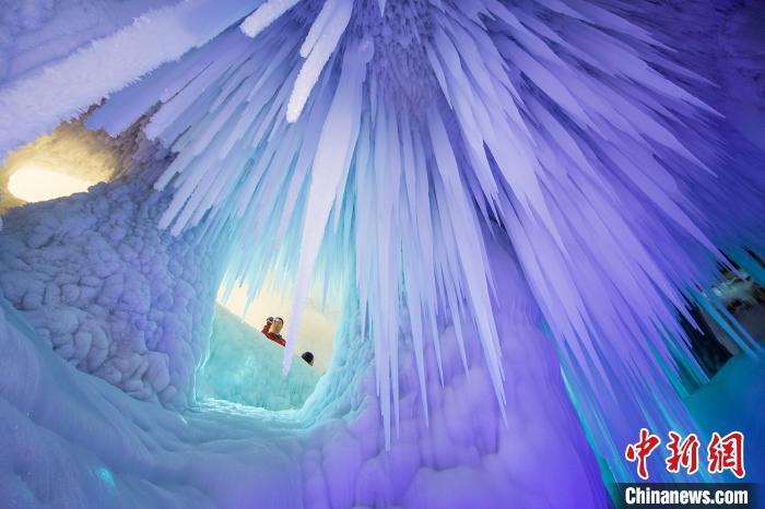 在山西省忻州市宁武县海拔2800米的管涔山上,万年冰洞吸引着不少游客到访。 曹建国 摄