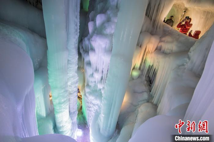 沿着木阶行走,冰柱、冰帘、冰瀑、冰笋、冰花、冰葡萄琳琅满目。 曹建国 摄