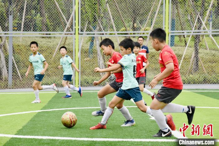 图为小同伙们在礼嘉智慧公园·玩湃社区智慧足球乐园嬉戏。许奥 摄