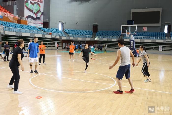 """脚上""""秀""""功夫!滨州市第十届全民健身运动会毽球比赛举行"""