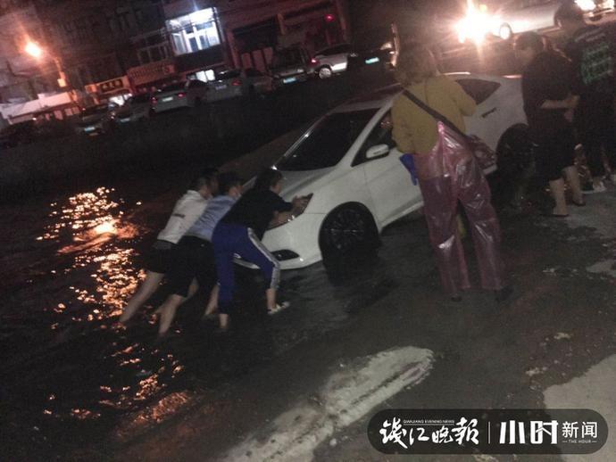 外地车主图方便将车停在码头,一转眼车子身陷洪水,这时他们出现了