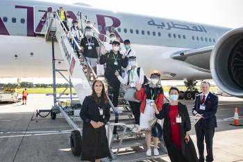 首个中国学生赴英留学包机顺利抵达贝尔法斯特