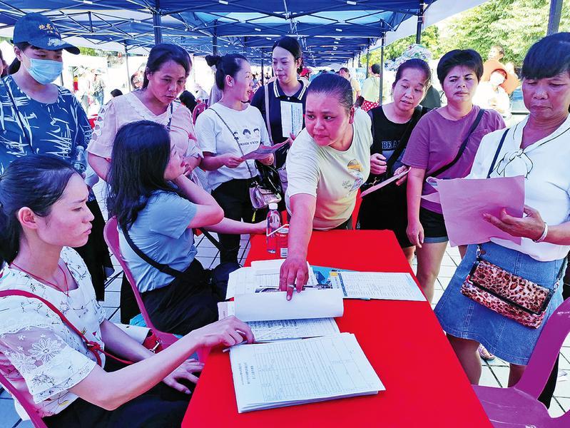 上林县专场招聘会助力贫困户就业