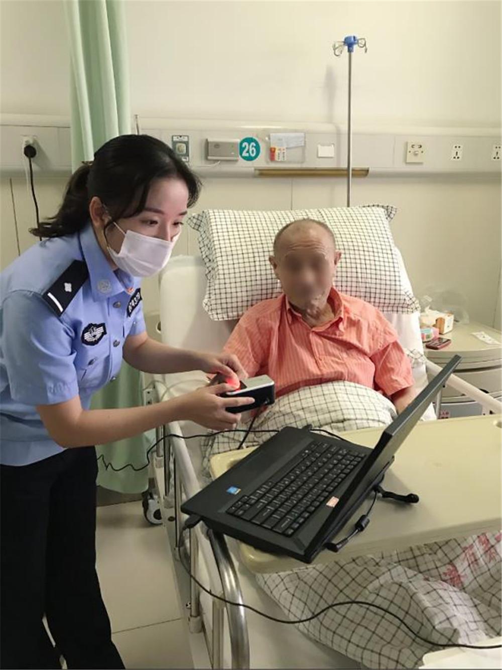 连云港新东派出所户籍警放弃休息时间为异地群众办证获好评