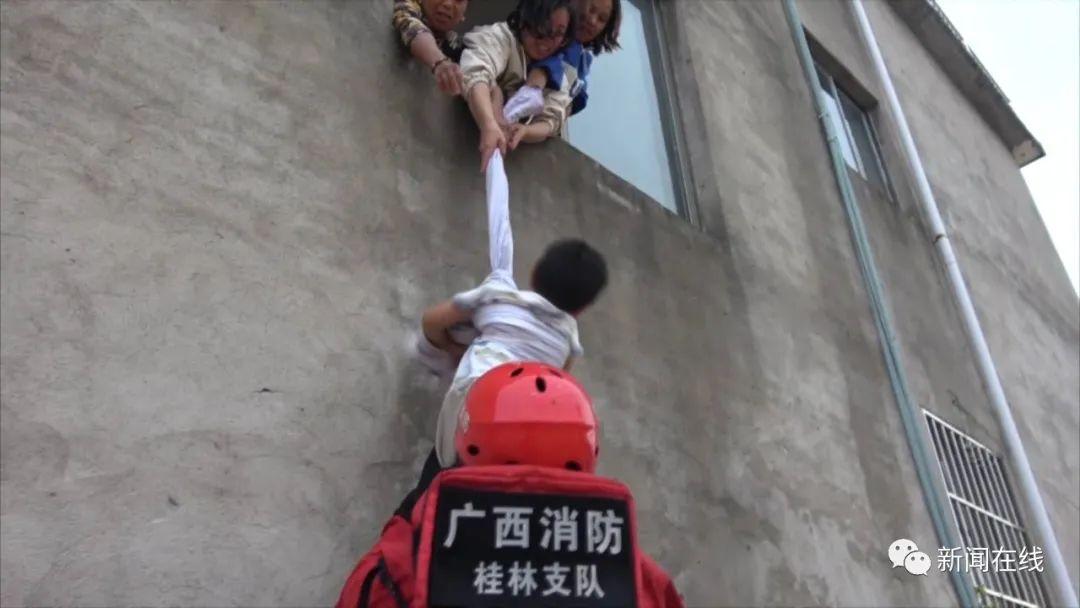 紧急!桂林这里发生决堤村庄被淹,楼顶不断传出呼救声……图片