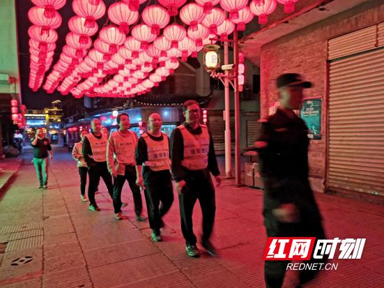 洪江市审计局组织志愿者参加古城社区治安巡逻防控工作