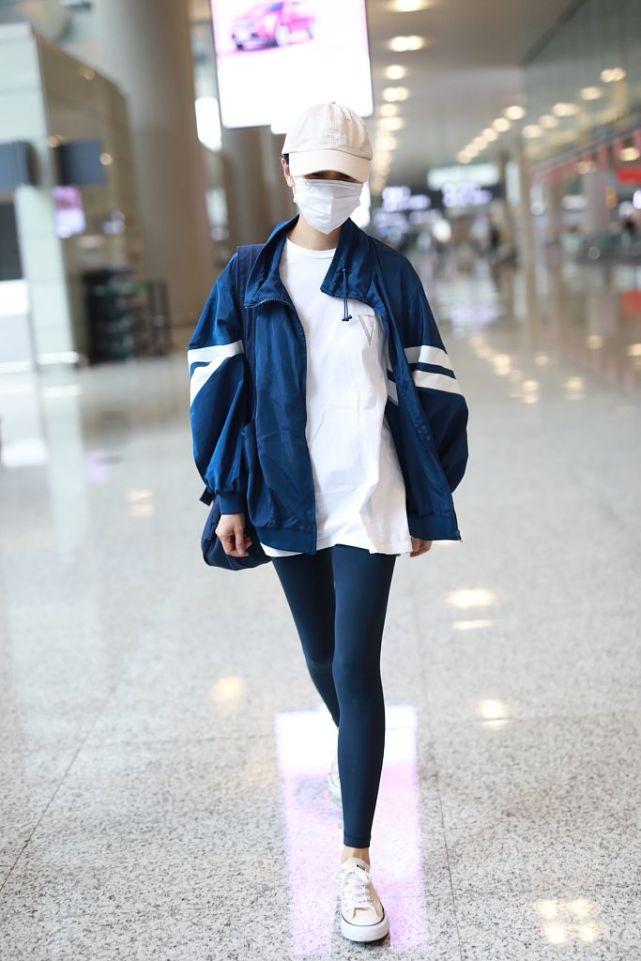 袁泉穿帆布鞋走机场,搭了条健身裤,简单气质却高级!
