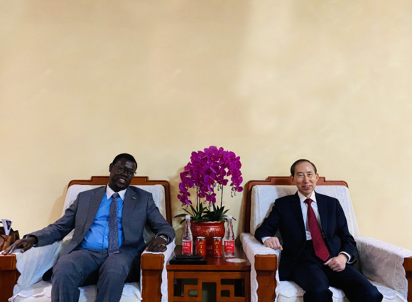 龙宇翔会见南苏丹共和国驻华大使馆代办昆巴•蒙代