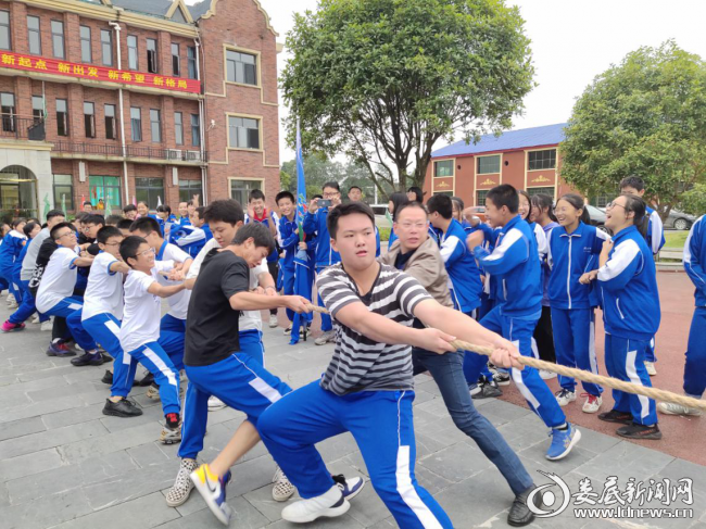 湖南师大思沁新化实验学校举行第三届体育节之拔河比赛活动