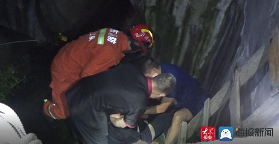 淄博一男子醉酒坠井脸朝下 消防员群众联合救助送医