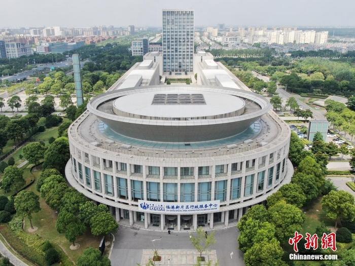 图为空中俯瞰上海自贸区临港新片区行政服务中心。张亨伟 摄