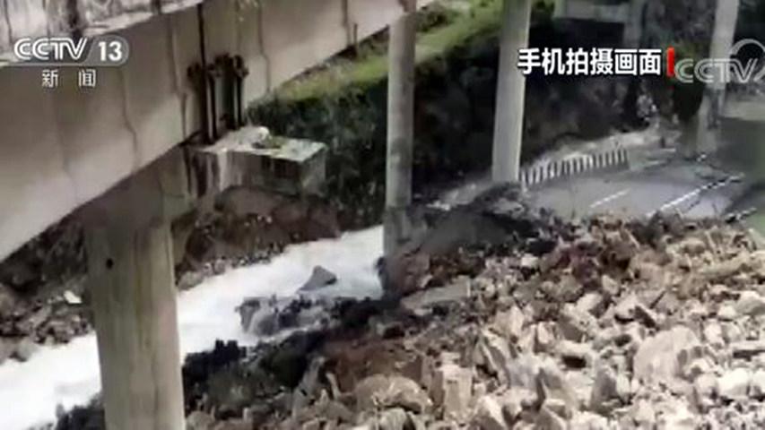 山体垮塌致京昆高速四川雅西段桥梁断裂 现场情况公布图片