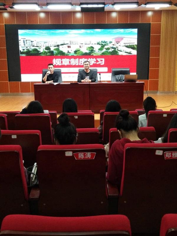 隆回县万和实验学校小学部组织开展新进教师培训工作