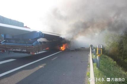 临沂一半挂车疑似轮胎起火,70余米风力发电机叶片被引燃
