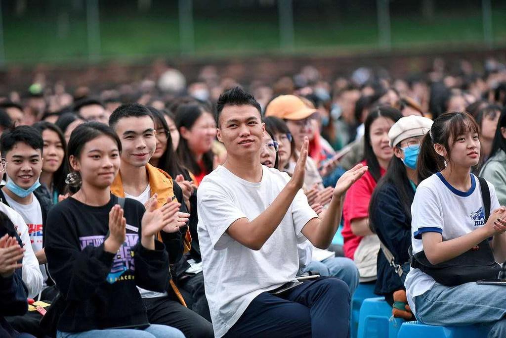 """四川师范大学开学典礼:校长汪明义赠""""锦囊"""",告知同学应如何度过有限的大学时光"""
