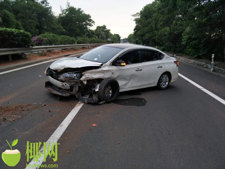 轿车西线高速失控撞护栏,车受损,有受伤……
