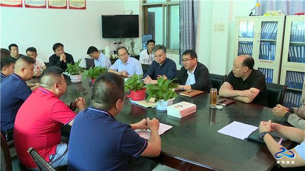 汉中市委编办联合爱心企业在灵岩寺村开展消费扶贫活动