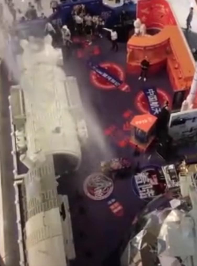 北京一商场内表演冷烟花被消防水炮浇灭,承办方遭罚3万元图片