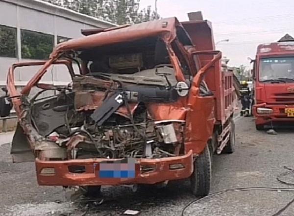 今早S4沪金高速三车追尾 一人受伤