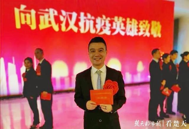 """白天下沉社区,晚上是""""金牌老师"""",年轻教师获评武汉市抗疫先进个人"""